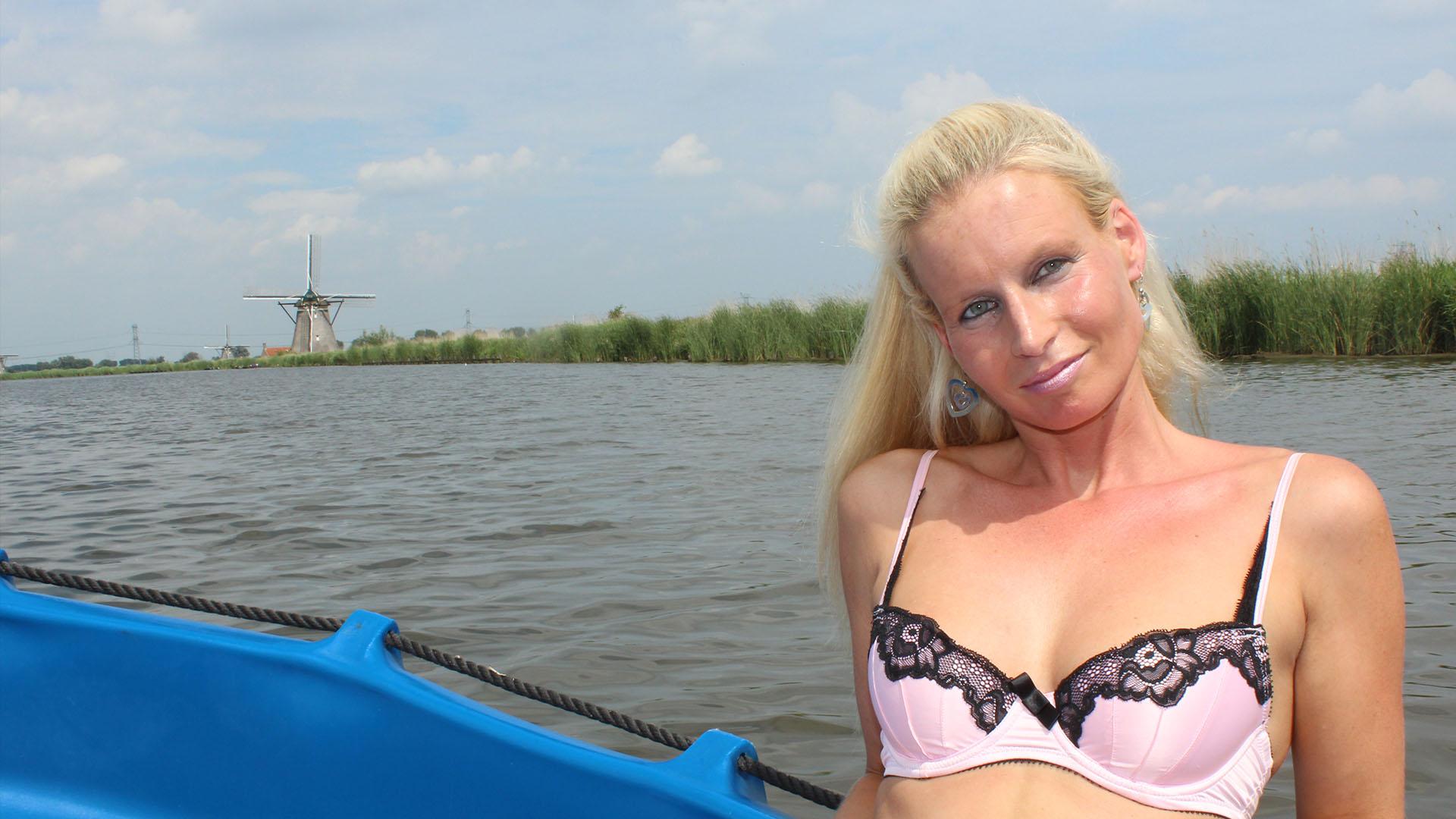 Geile foto van de hete Meiden van Holland sexfilm: Angel in de boot genomen