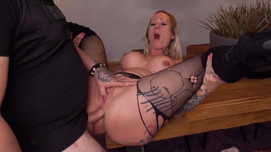 Geile foto van de hete Ashley More seksfilm: Anaal neuken in de keuken