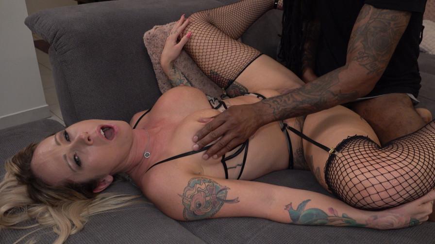 Geile foto van de hete Ashley More seksfilm: Ashley krijgt een anaal cadeautje