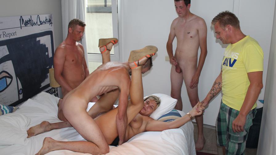 Geile foto van de hete Meiden van Holland seksfilm: Sonja Geneukt en Paul kijkt toe