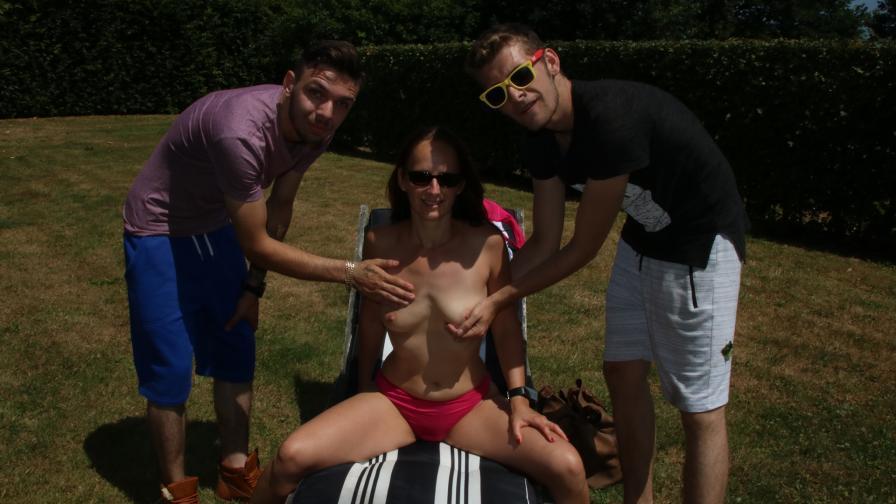 Geile foto van de hete Meiden van Holland seksfilm: Trio in de tuin met Milf Sara