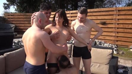 Daphne cast mannen in de tuin | Sexfilm